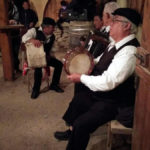酒場で演奏する人々。ベツレヘムというよりザ・ゴゾ!