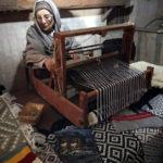 織物を作る女性