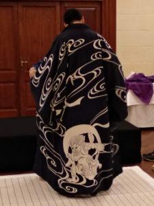 ④ しかしっ、風神柄の手描き友禅ドテラ、しかも渡辺謙さん着用品!を羽織ったら、こんなにカッコよく変身!!浪人侍をイメージしているのか?ヤクザの親分をイメージしているのか?