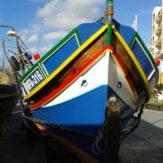 寝ぼけ面のマルタの伝統漁船「ルッツ」