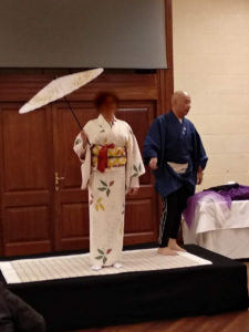 ① 板橋京友禅という技法で作られた作品。帯は、歌舞伎の演目「藤娘」の舞子だらり帯。隣にいる男性が富田さん♪ちなみに、隣にいる男性が富田さんです♪