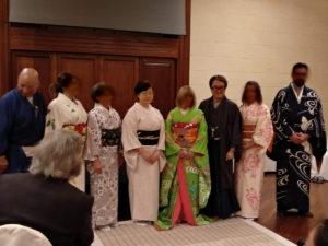 全員集合!ちなみに、中央、舞子衣装の方の隣にいらっしゃる白い着物の女性が、スピード舞子着付けの他スピード大奥着付けもできる数少ない着付け師である廣嶋イヒ子先生。