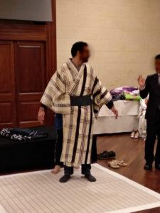 ④ ここで男性の番です。銀座ファッションウィークで話題となった、歌舞伎「勧進帳」という演目で使われる衣装で作った作品。モデルの背がとても高い為、裾がツンツルテン(汗)。