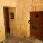小さな中庭から見た独房のドア