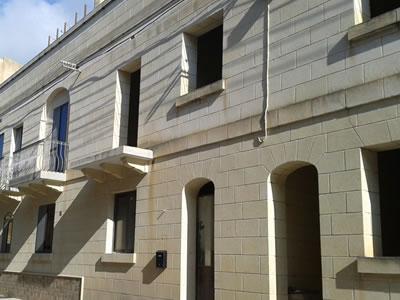 ドアとドアの間を栄えに、左奥は入居していて、右手前はシェルフォーム...のはずだけど、二階部分が入り組んでいる?